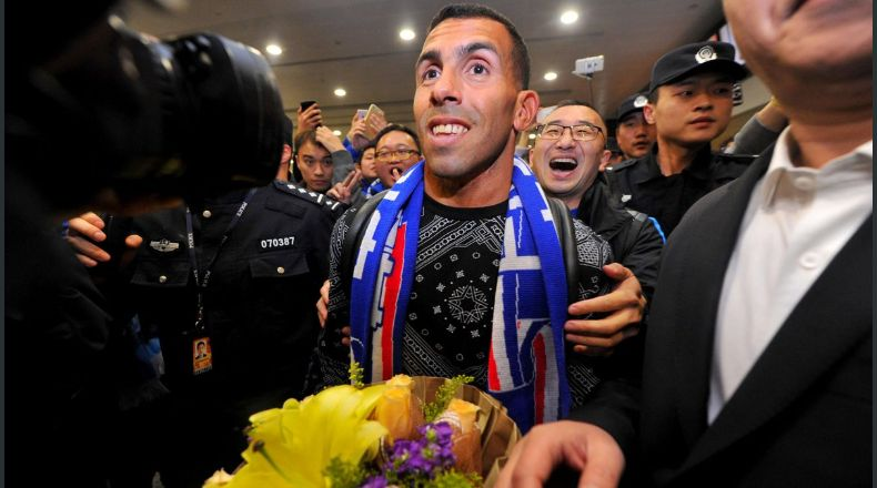 ¡Como un ídolo! Una multitud recibió a Tevez en China