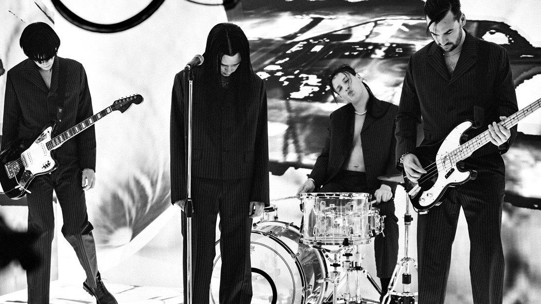 The 1975 durante la filmación del video.