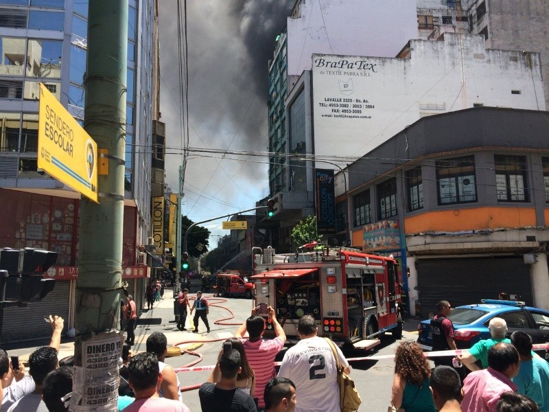 Se incendió un local de cotillón en Once